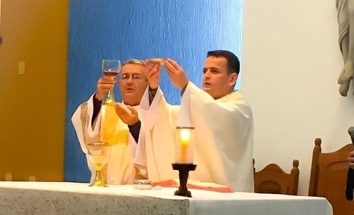 Filho padre preside a missa onde o pai serve pela primeira vez como Diácono