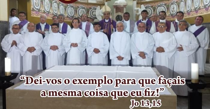 À frente, os novos diáconos antes da ordenação (Foto do convite da ordenação)
