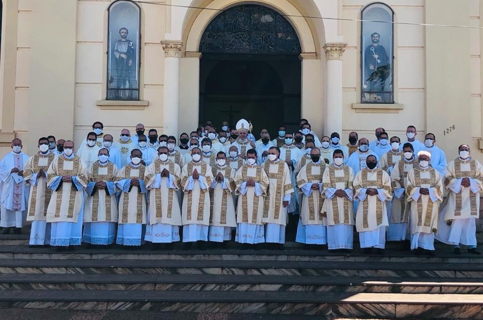 BISPO DA DIOCESE DE ITUIUTABA-MG ORDENA 20 DIÁCONOS PERMANENTES